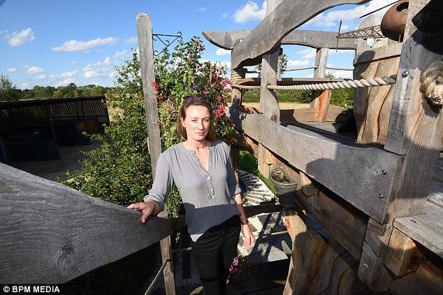 Dựng nhà trên đất của mình vẫn bị hàng xóm yêu cầu dỡ bỏ
