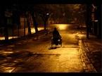 Người đàn ông bế con trong đêm khiến nữ lao công thổn thức