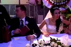Khoảnh khắc chú rể khiến cô dâu xấu hổ tái mặt
