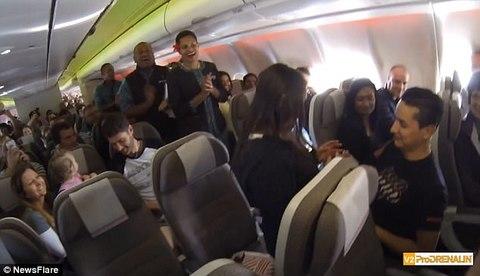 Bất ngờ được cầu hôn trên máy bay sau 20 năm yêu nhau