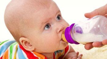 Cách xử trí khi bé bị sặc sữa lên mũi