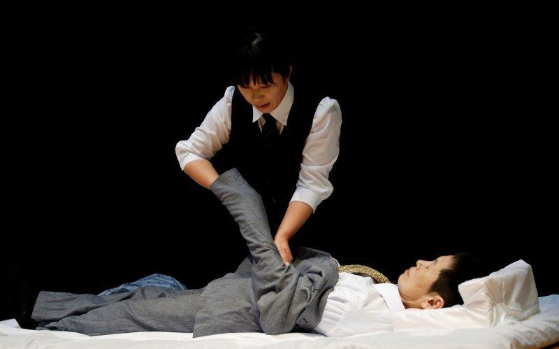 Xem người Nhật thi mặc quần áo cho... người chết