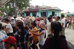 Hàng trăm người dân kéo đến xã phản đối sáp nhập trường