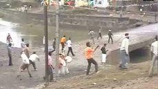 2 làng đổ ra đường ném đá vào nhau theo tục lệ, 400 người bị thương