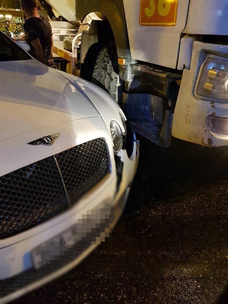 Siêu xe Bentley bị xe bồn trộn bê tông đâm vỡ đầu