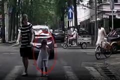 Hành động lịch thiệp của bé gái 5 tuổi gây bão mạng