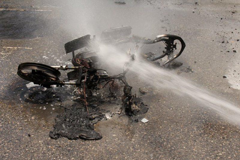Xe máy chở 3 người phát nổ, cháy trơ khung