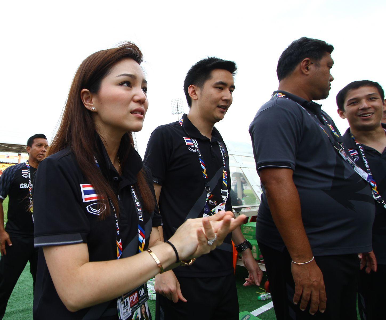 Nữ trưởng đoàn xinh đẹp rơi lệ khi U22 Thái Lan vào chung kết