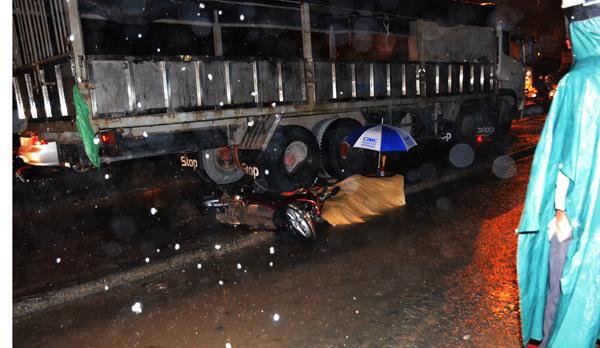 Cô gái bị xe tải cán chết trong đêm mưa ở Sài Gòn