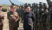 Sau khi phóng tên lửa, Kim Jong Un tươi cười thị sát quân
