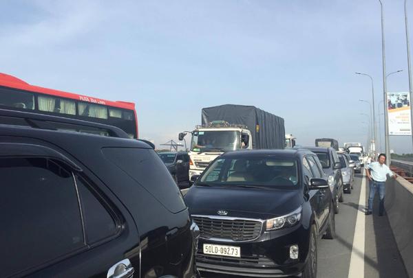Xe khách đâm đuôi container trên cao tốc, 4 người bị thương