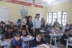 Học sinh Mù Cang Chải nhận bàn ghế, sách vở dịp năm học mới