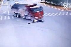 Chàng trai thoát chết hi hữu sau khi bị 2 ô tô đâm liên tiếp