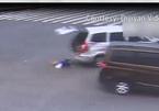 Không thắt dây an toàn, hai em bé ngã văng khỏi ô tô