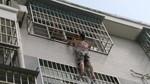 Giải cứu bé 3 tuổi mắc kẹt trên 'chuồng cọp' tầng 4