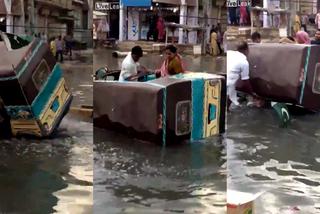 """Xe tuk tuk lật nhào vì đâm """"ổ voi"""" giữa đường ngập nước"""