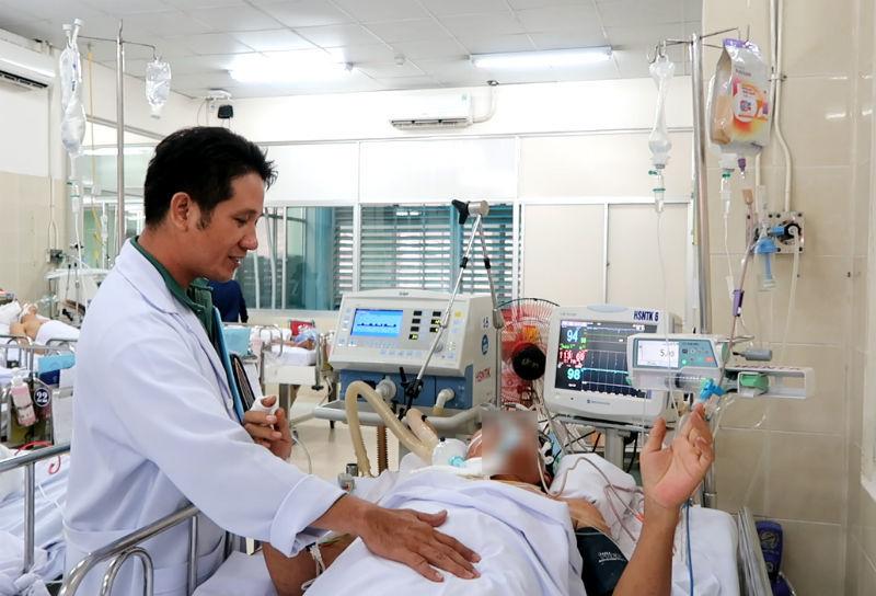Tin mới Trưởng khoa nhi bệnh viện bị cây phượng 40 tuổi ngã đè