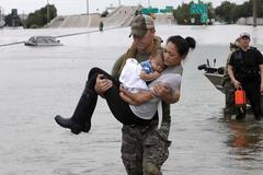 Ảnh cảnh sát Mỹ cứu hai mẹ con gốc Việt sau bão gây sốt