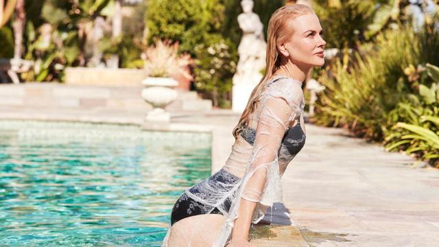 Vợ cũ của Tom Cruise ướt át trong bể bơi