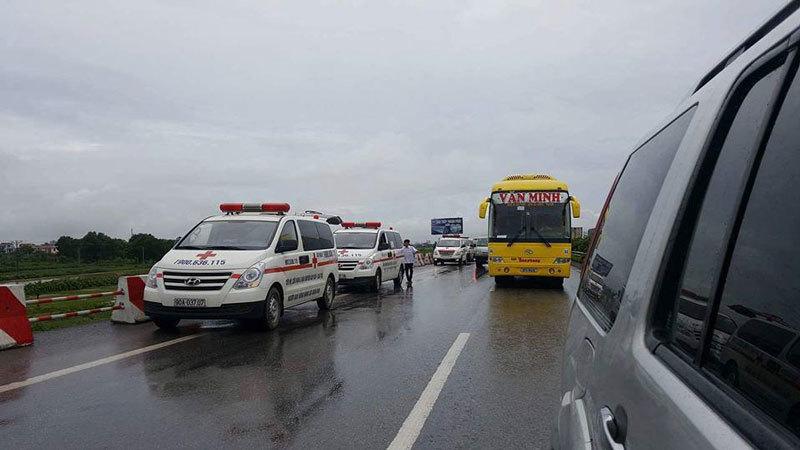 Tông xe giường nằm trên cao tốc Pháp Vân, hơn 10 người bị thương