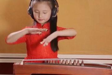 Cô bé đẹp như thiên thần chơi đàn điêu luyện khiến người nghe ngây ngất