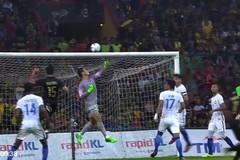 """Xem thủ môn U22 Malaysia đốt đền, """"biếu"""" HCV cho U22 Thái Lan"""