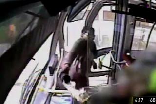 Hành động kinh dị của một phụ nữ trên xe buýt gây sốc
