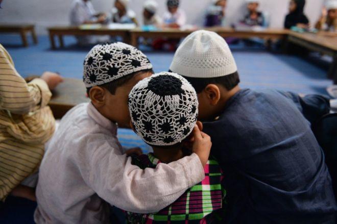 """Trường học Ấn Độ dạy bé trai cách ly hôn """"đúng đắn"""""""