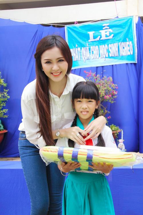 Hoa khôi Hải Yến tặng áo phao và sách vở cho học sinh vùng lũ