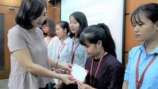 Sinh viên hoàn cảnh khó khăn được nhận học bổng