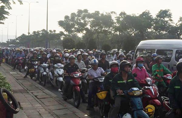 Xe cứu thương tông ô tô xoay 90 độ trên đại lộ ở Sài Gòn