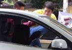 Người đàn ông đạp liên tiếp nữ tài xế trên phố HN
