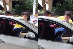 Người đàn ông đạp liên tiếp vào người phụ nữ ngồi trong ô tô