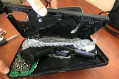 Phát hiện chiêu giấu súng đạn cực độc qua đường sân bay