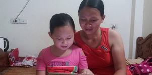 Người mẹ Nghệ An lên Hà Nội bán hoa quả để con được nói tiếng Anh với Tây