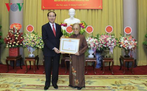 Chủ tịch nước trao huy hiệu 70 năm tuổi Đảng cho nguyên Phó Chủ tịch nước