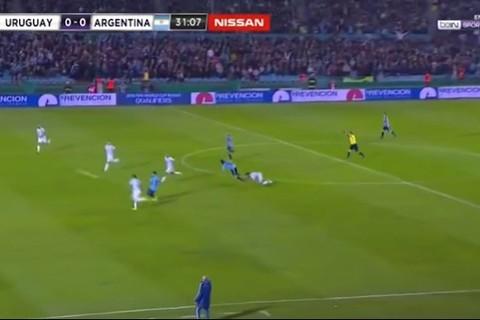 Uruguay 0-0 Argentina phút 31 Suarez