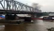 Ba tàu cát đâm sầm nhau dưới chân cầu Đuống