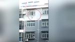 Người hùng cứu bé gái 3 tuổi lơ lửng dưới lan can tầng 4 chung cư