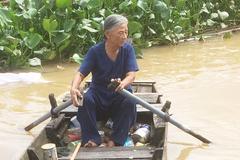 Chuyện tình cặp đôi U90 'nhặt phế liệu nuôi tình yêu' trên sông nước