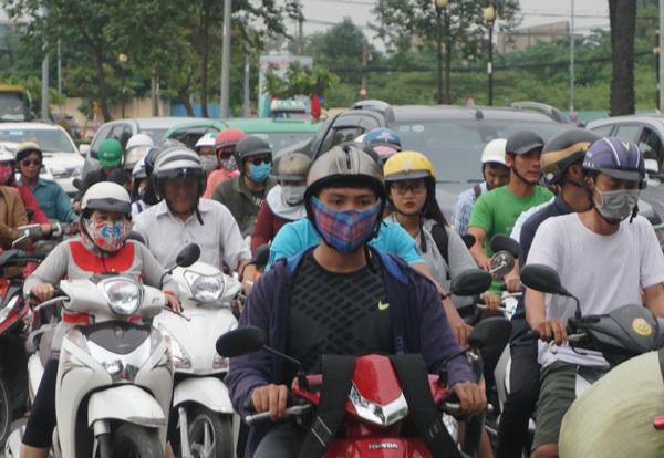 Hàng nghìn người dân chen chân, đội mưa rời Sài Gòn dịp nghỉ lễ