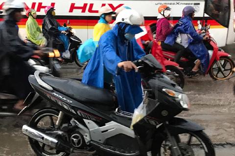 """Cuối giờ chiều 1/9, các bến xe, nhà ga đông nghẹt người đổ về quê nghỉ lễ Quốc khánh 2/9. Đặc biệt, nhiều nơi mưa lớn, giao thông tắc nghẽn khiến người dân phải """"đội mưa"""