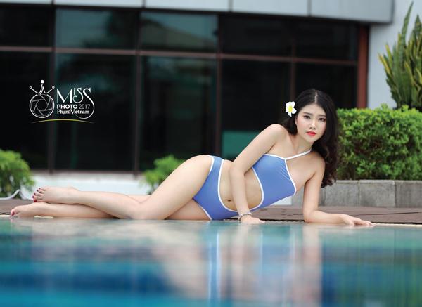 Màn trình diễn bikini nóng bỏng bên bể bơi