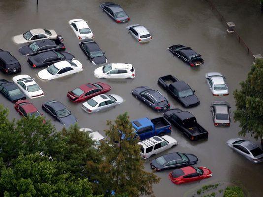Nhiều đại lý ô tô bị ngập trong bão Harvey, người mua xe nhập nên thận trọng