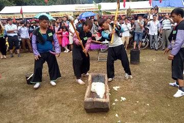 Nghìn người đổ xô xem cuộc thi giã bánh dày ở Mộc Châu