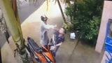 Tên cướp táo tợn đánh ngã, cướp xe người phụ nữ ngay trước cổng