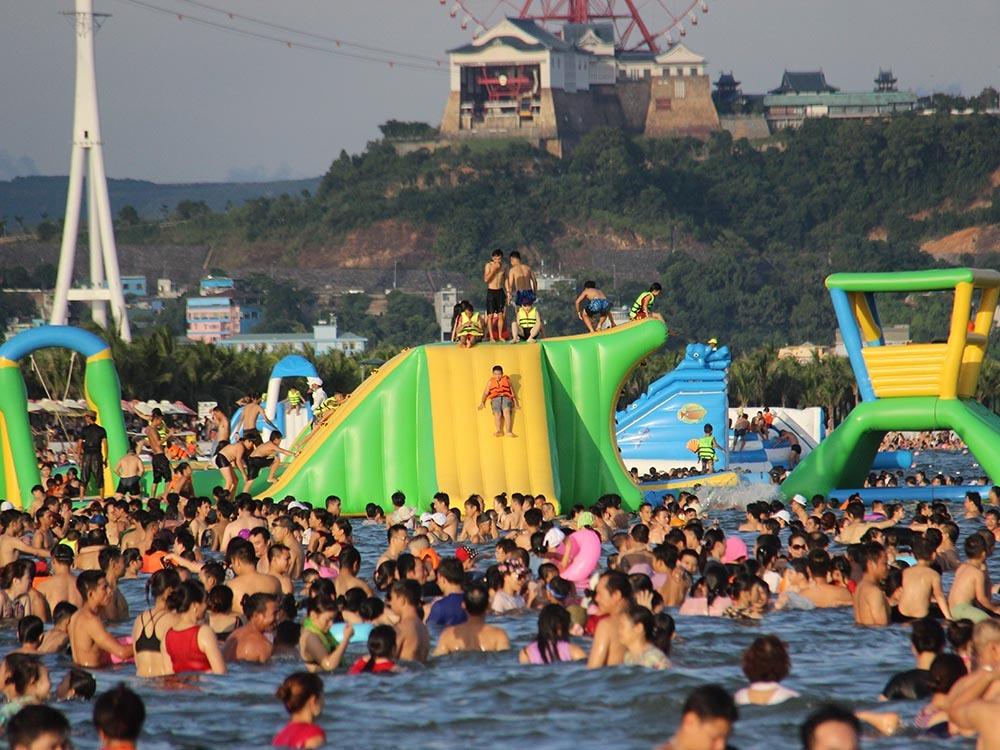 Hạ Long: Phòng nghỉ hết veo, ngàn khách chen nhau ra biển