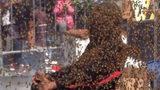 Lập kỷ lục để 100.000 ngàn con ong bu kín người