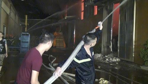 Lửa bao trùm nhà máy bông sợi ở Thái Bình
