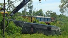 Vụ lật tàu SE3: Chưa thể cẩu đầu máy 80 tấn bung khỏi đường ray